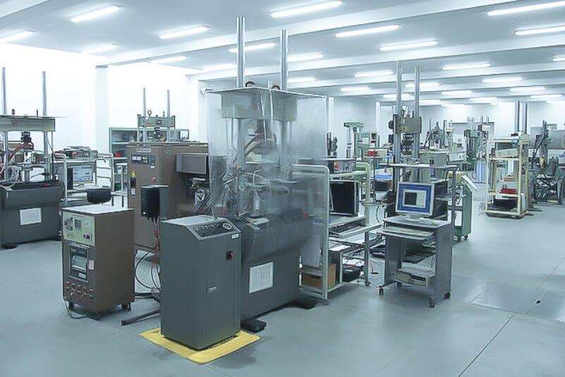 引張圧縮疲労試験機(低サイクル疲労試験機)の写真