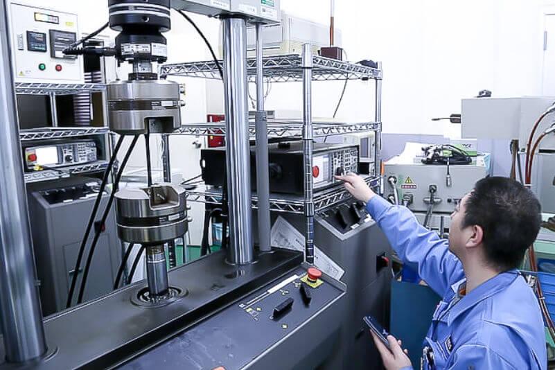引張圧縮疲労試験機(高サイクル疲労試験機)の写真