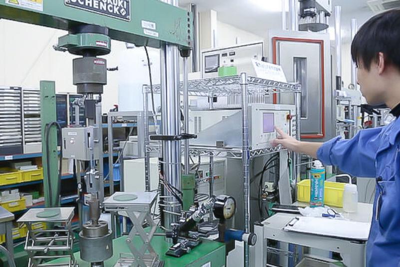 疲労き裂進展試験機(疲労き裂伝ぱ試験機)の写真