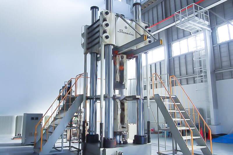 電気油圧サーボ式疲労試験機の写真